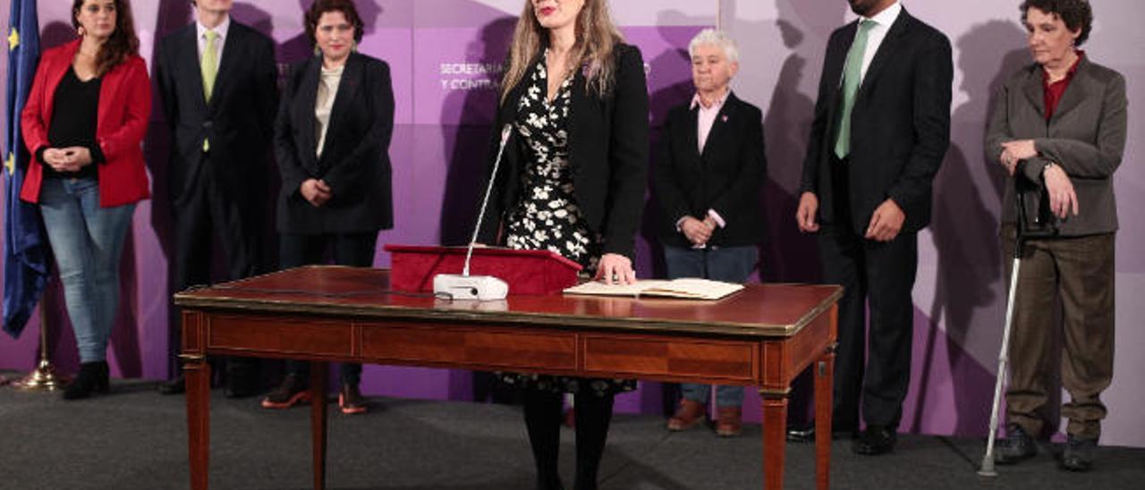 Victoria Rosell, ayer, tomando posesión de su cargo junto al resto del equipo del Ministerio de Igualdad.