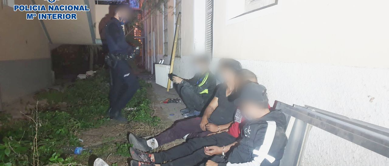 La Policía con los detenidos por los robos en el asilo de Benalúa.