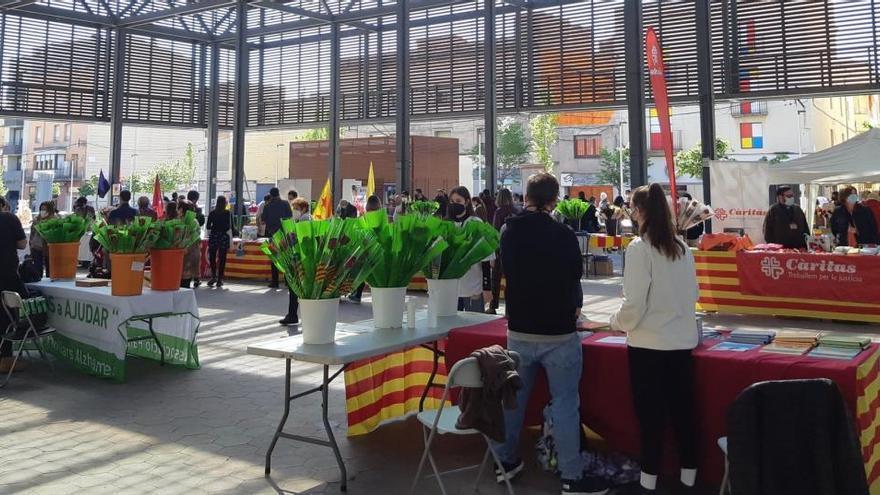 Més de 18.000 persones van passejar per les parades de Sant Jordi a Figueres