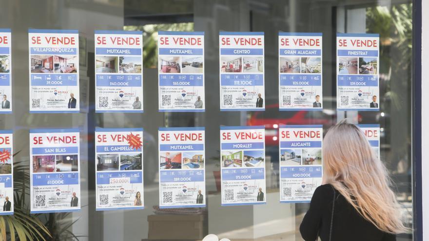 El número de viviendas hipotecadas en agosto no llega a las mil en Alicante