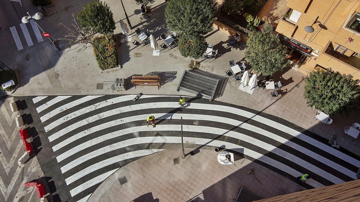 El «kilométrico» paso de cebra recién pintado en la calle Pelayo, que se está remodelando y reurbanizando. | RAFA ARJONES