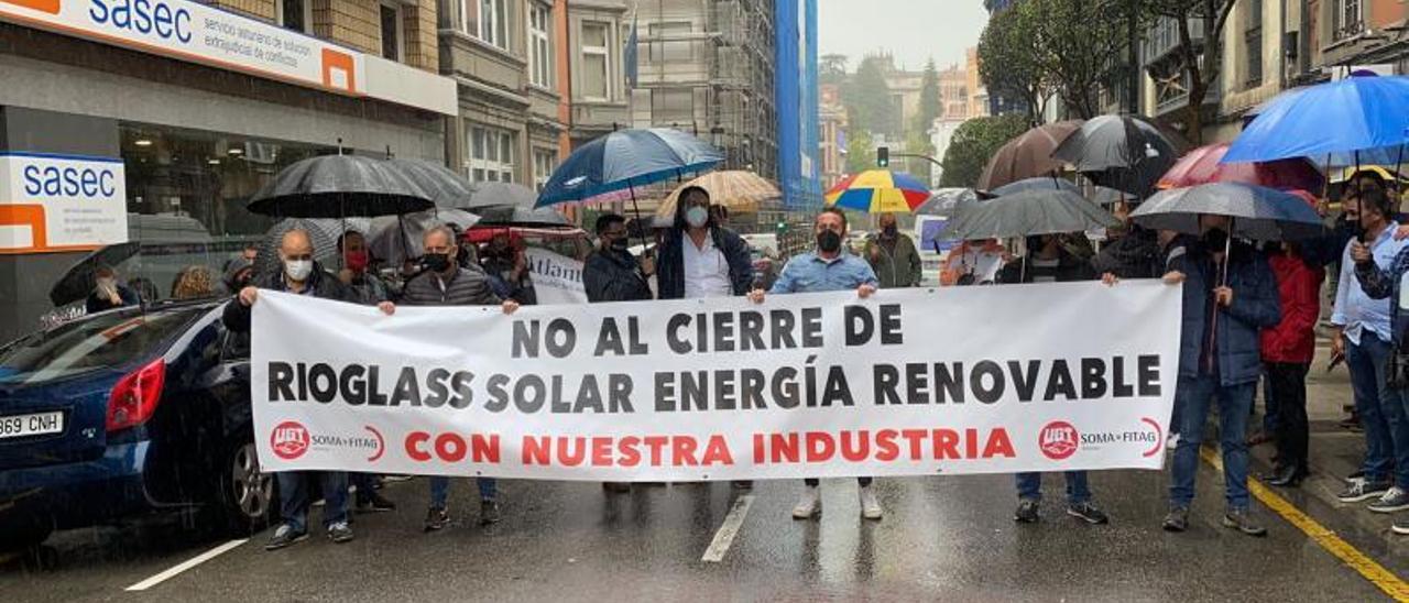 Trabajadores de Rioglass Solar, en una protesta en Oviedo el pasado mes de junio.