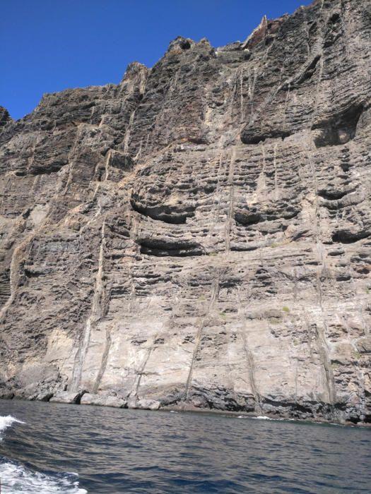 Los Gigantes. Són els penya-segats, unes parets verticals d'origen volcànic que cauen sobre el mar amb altures de 300 a 600 metres, que es troben a la bonica l'illa de Tenerife.