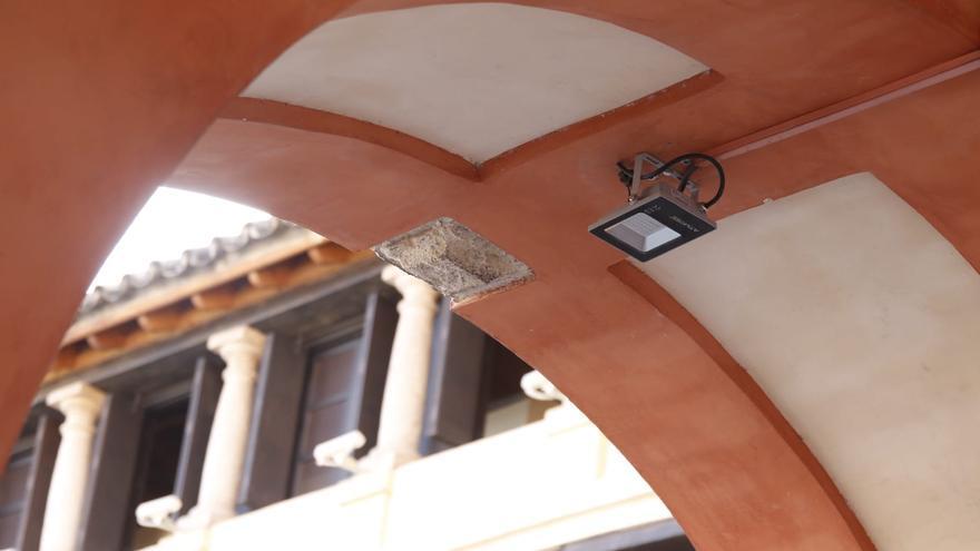 Infraestructuras retira todas las lámparas colgantes de la Corredera ante la caída de varias y para evitar riesgos