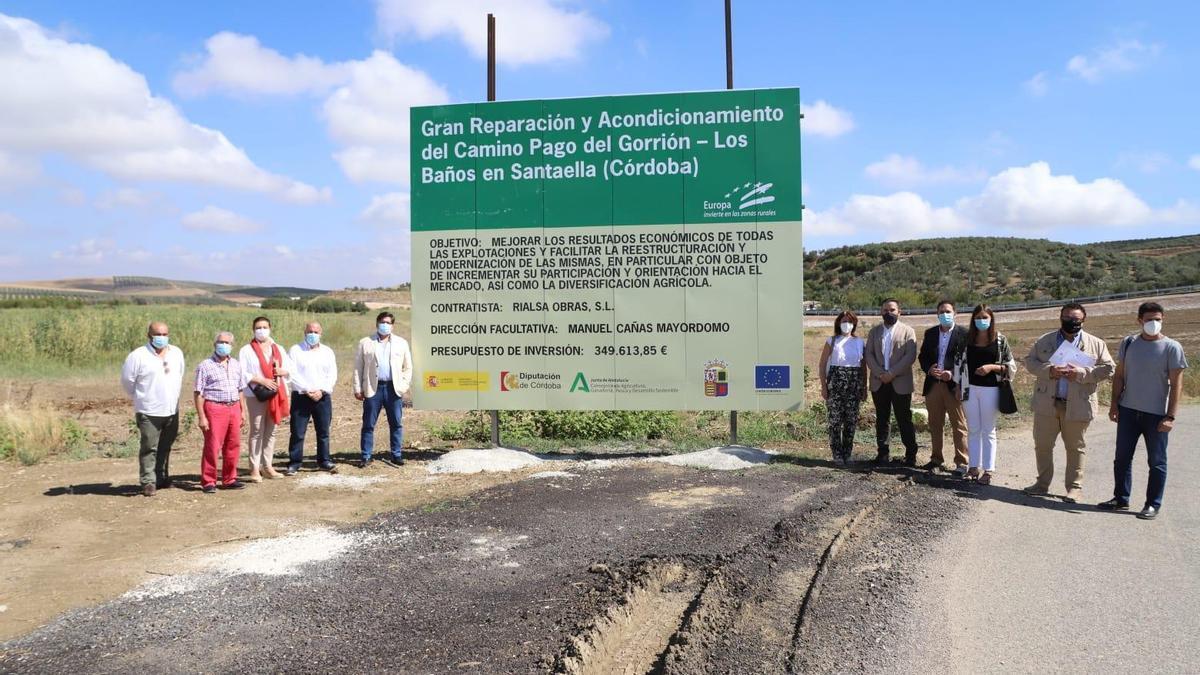 Las autoridades, durante la visita a la obra del camino.