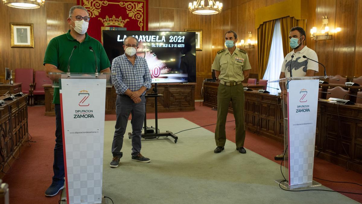 Jesús Prada, Raúl Rodríguez, Vicente González y Lorenzo Ferrero presentan el programa cultural de La Mayuela.