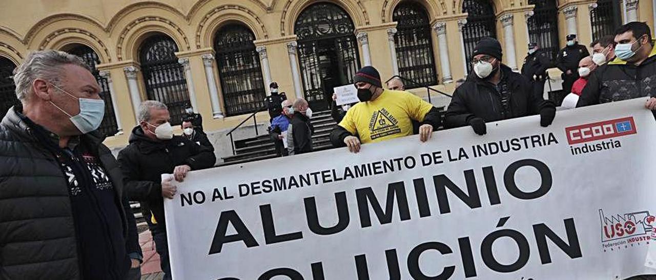 Trabajadores de Alu Ibérica, delante de Presidencia.   Miki López