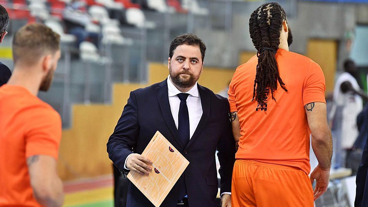 Sergio García, entrenador del Leyma, antes de empezar el último partido junto a McGhee. |  // VÍCTOR ECHAVE