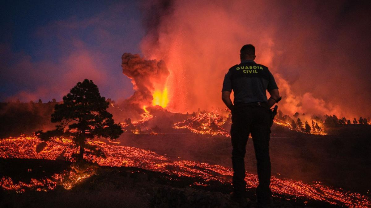 Un agente de la Guardia Civil observa el avance de la lava.