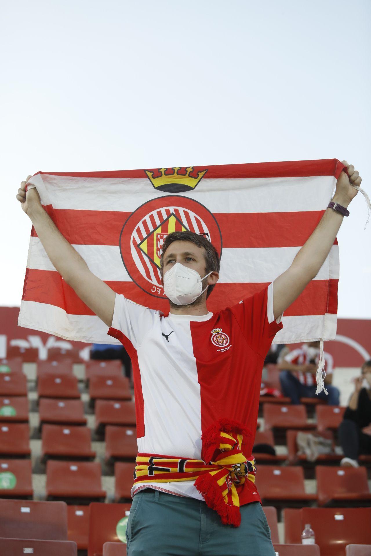L'afició del Girona torna a posar color a les grades de Montilivi