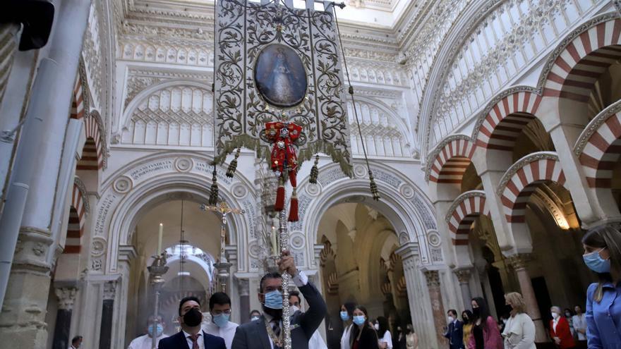 El simpecado del Rocío, en la Catedral