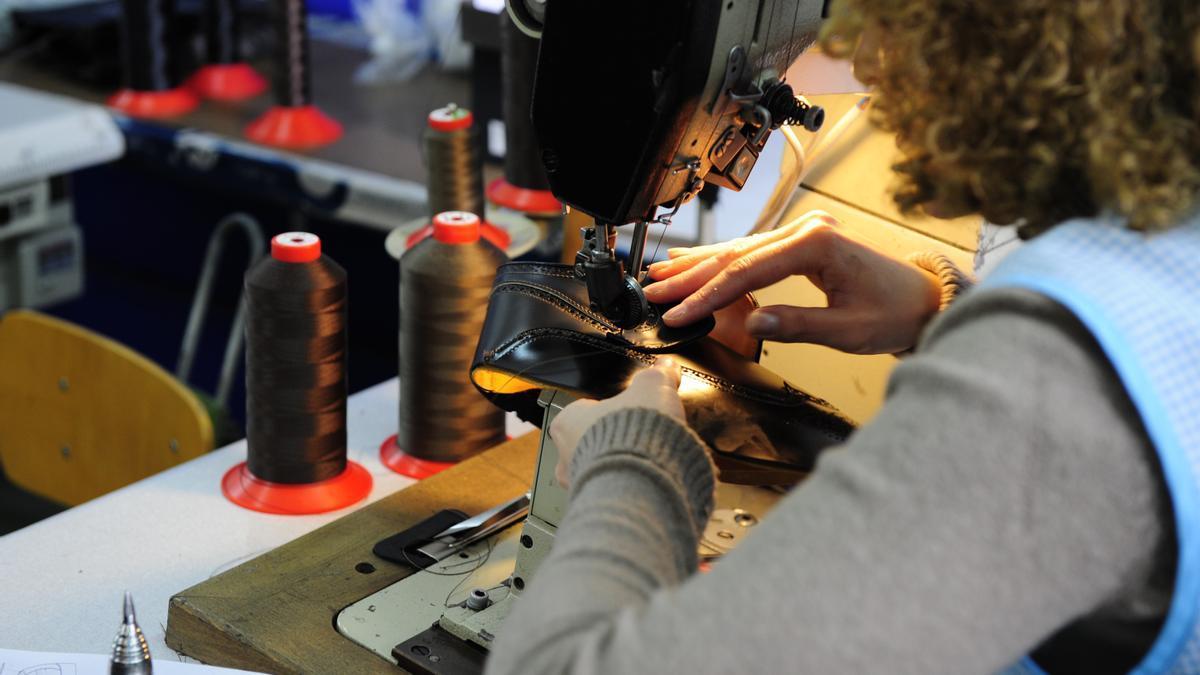 Una trabajadora del sector del calzado.