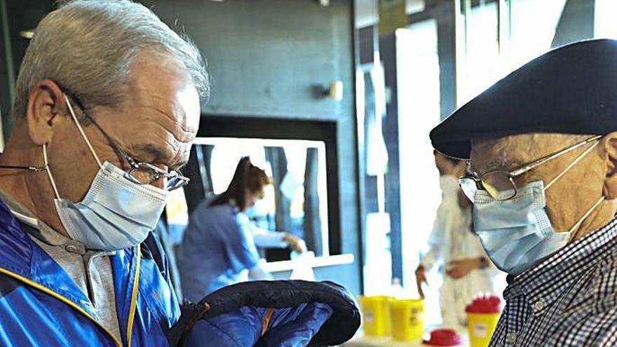 """""""Que se vacune todo el mundo"""", claman los mayores en Avilés tras recibir la primera dosis"""