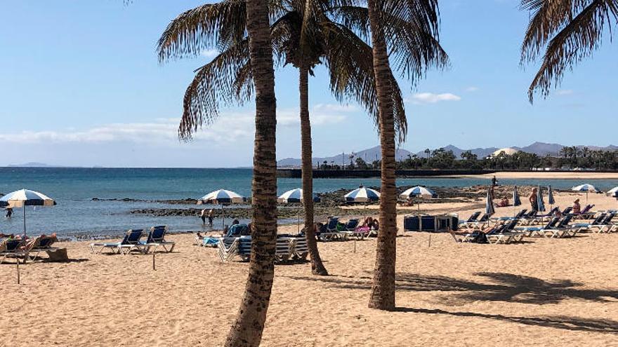Arrecife refuerza los servicios de limpieza de las siete playas del municipio