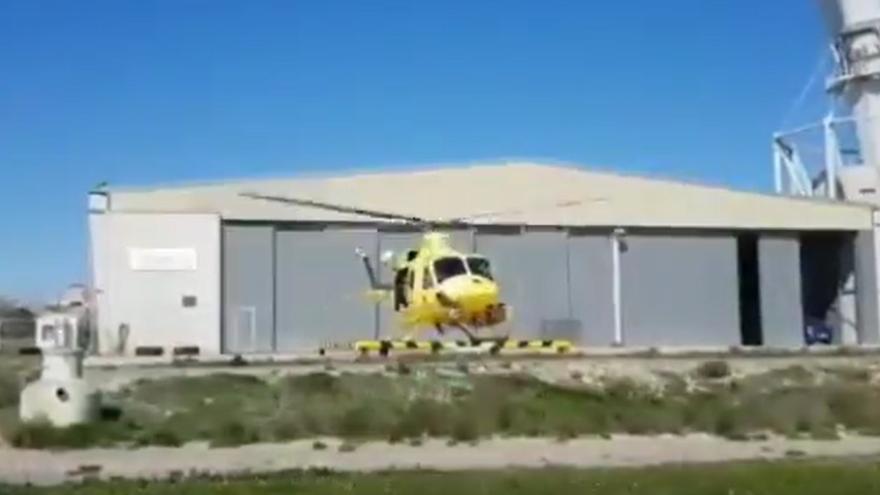 El helicóptero de la Dirección General de Seguridad y Emegencias se incorpora a las labores de extinción