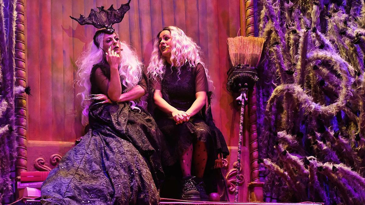 Una de las escenas del musical 'Encantada', que dirige Cristina Medina, y en el que la actriz sevillana también interpreta a la bruja Iris.
