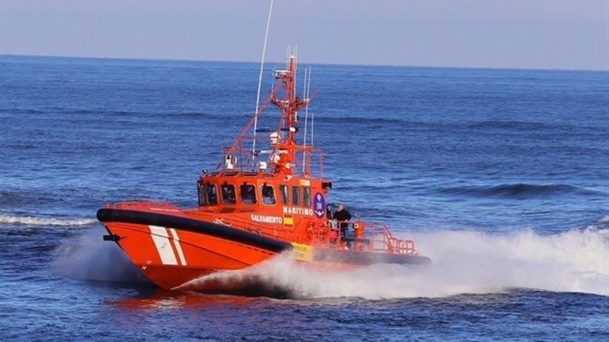 Localizan una patera a una milla del puerto de Alicante con 16 personas a bordo