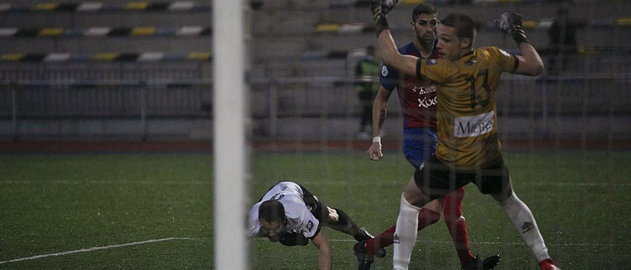 Madeira y Javi Porrón observan cómo el balón entra en la portería, con Keko Roza en el suelo, en la acción que supuso el tanto inicial del partido.   Miki López