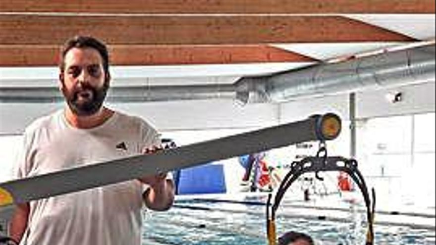 Carballada y Cubeiro inauguran la grúa adaptada en la piscina de Cambre