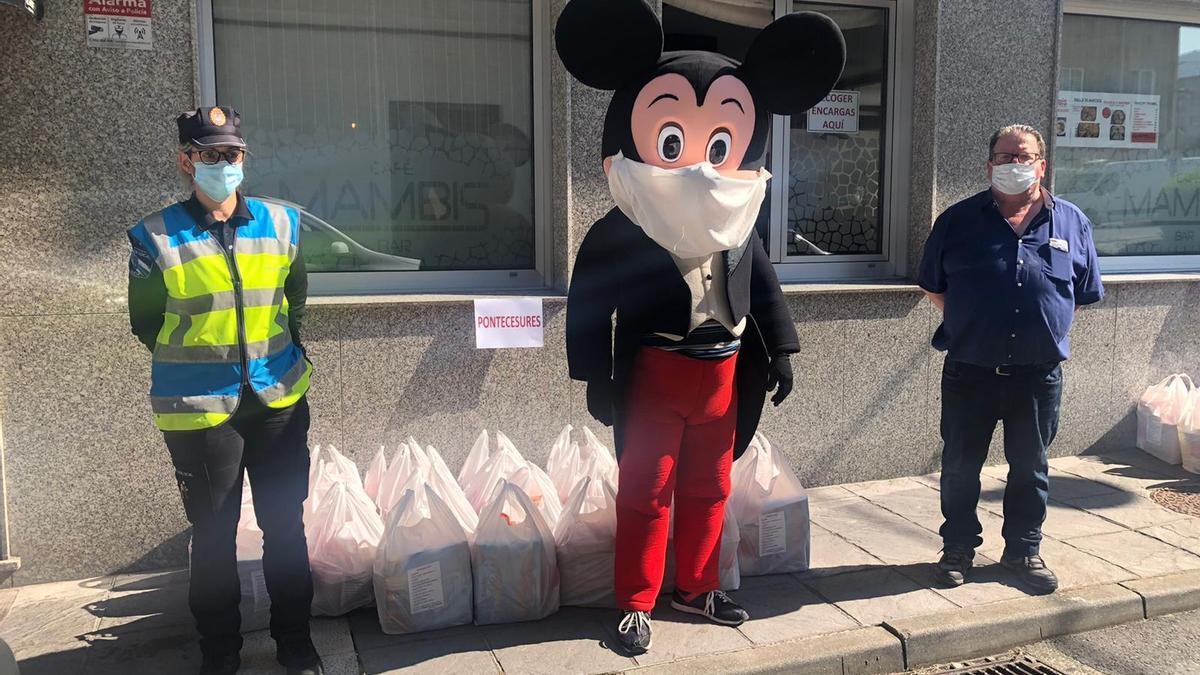 Una entrega anterior de material para niños necesitados de ayuda en el Baixo Ulla.