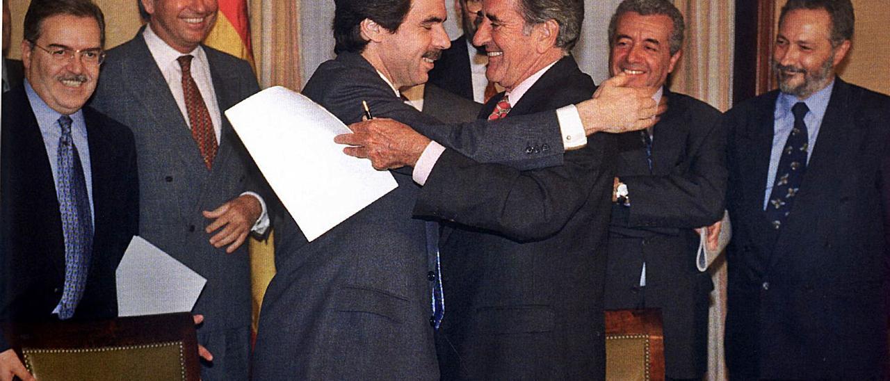 Abarzo e ntre José María Aznar y José Manuel Hermoso tras firmar el pacto entre los nacionalistas canarios y los populares 4 de abril en 1996.