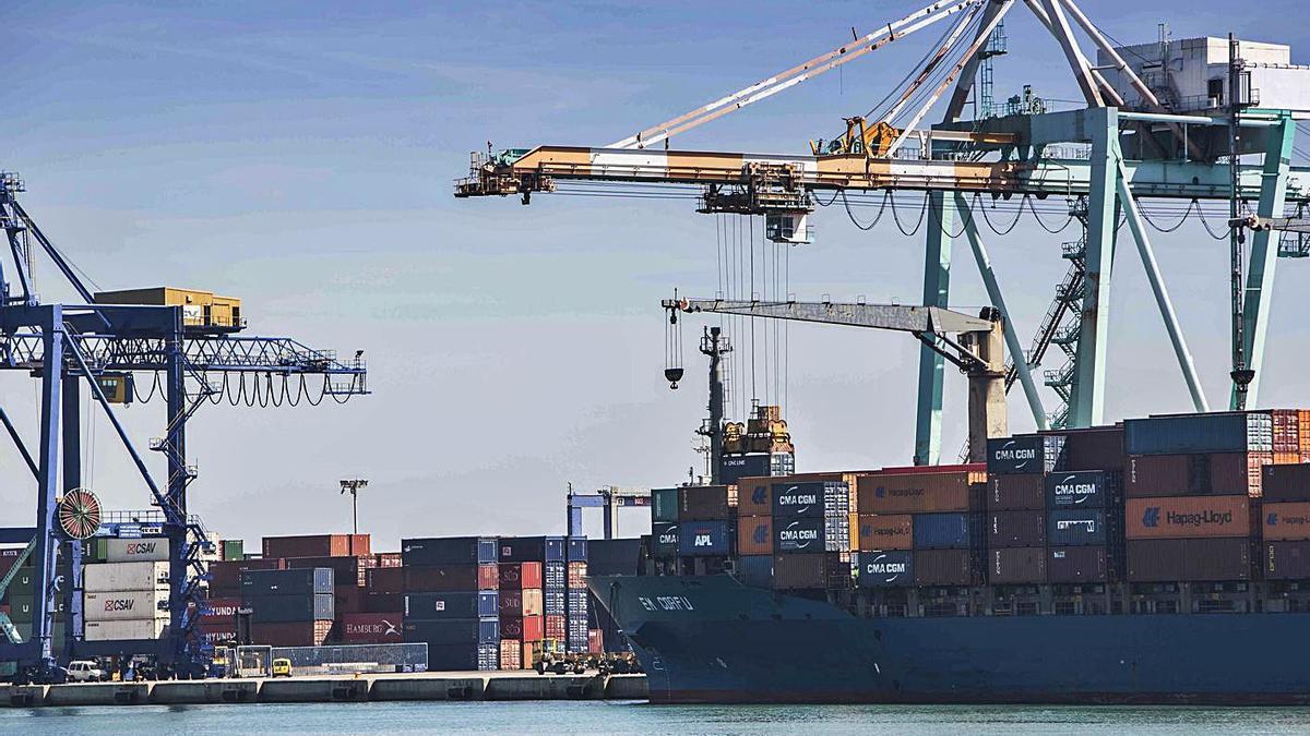 Terminal de contenedores del Puerto de València en el muelle de Levante. | LEVANTE-EMV