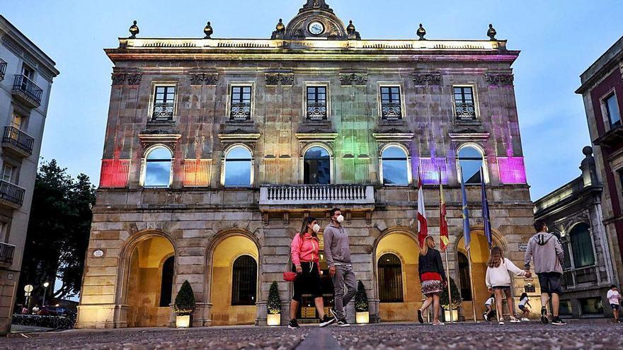 La bandera arcoíris ilumina el Ayuntamiento de Gijón por el Orgullo