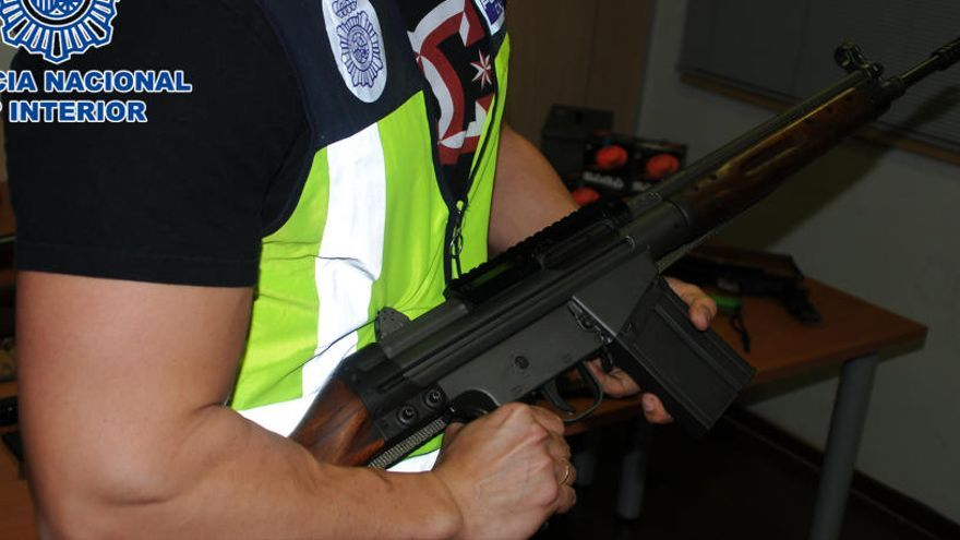 Detenen un veí de Martorell amb un important arsenal d'armes modificades