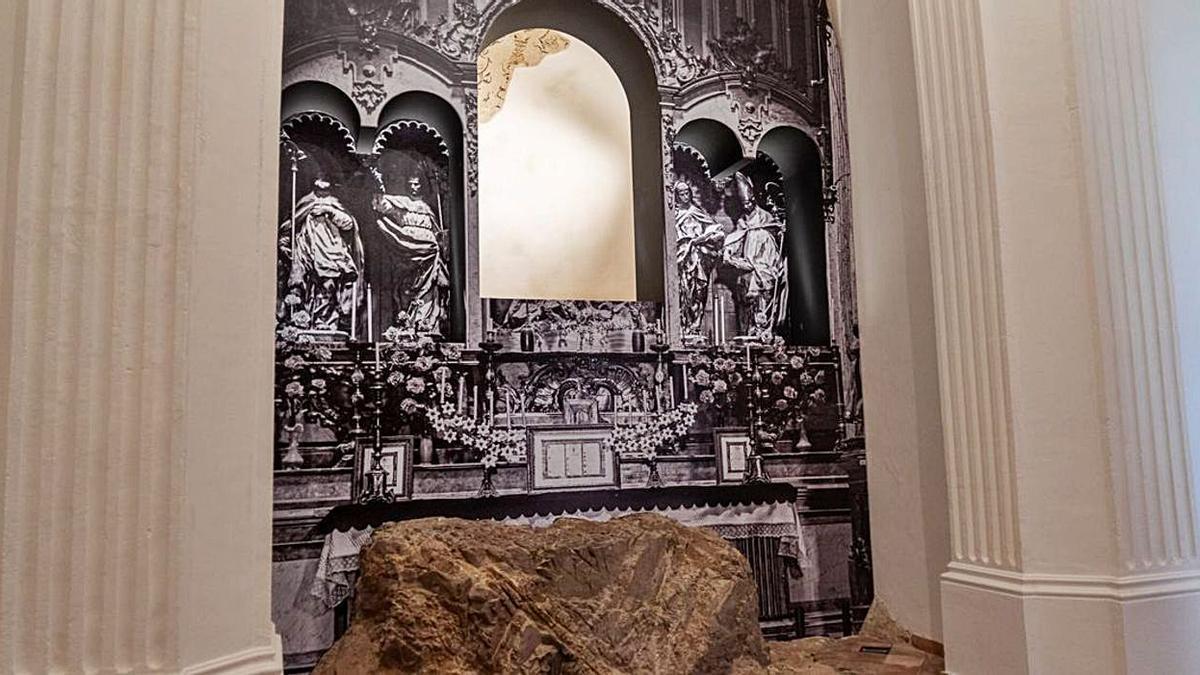El retablo restaurado con el plano base en la Capilla del Concejo de la Catedral.   A.C.