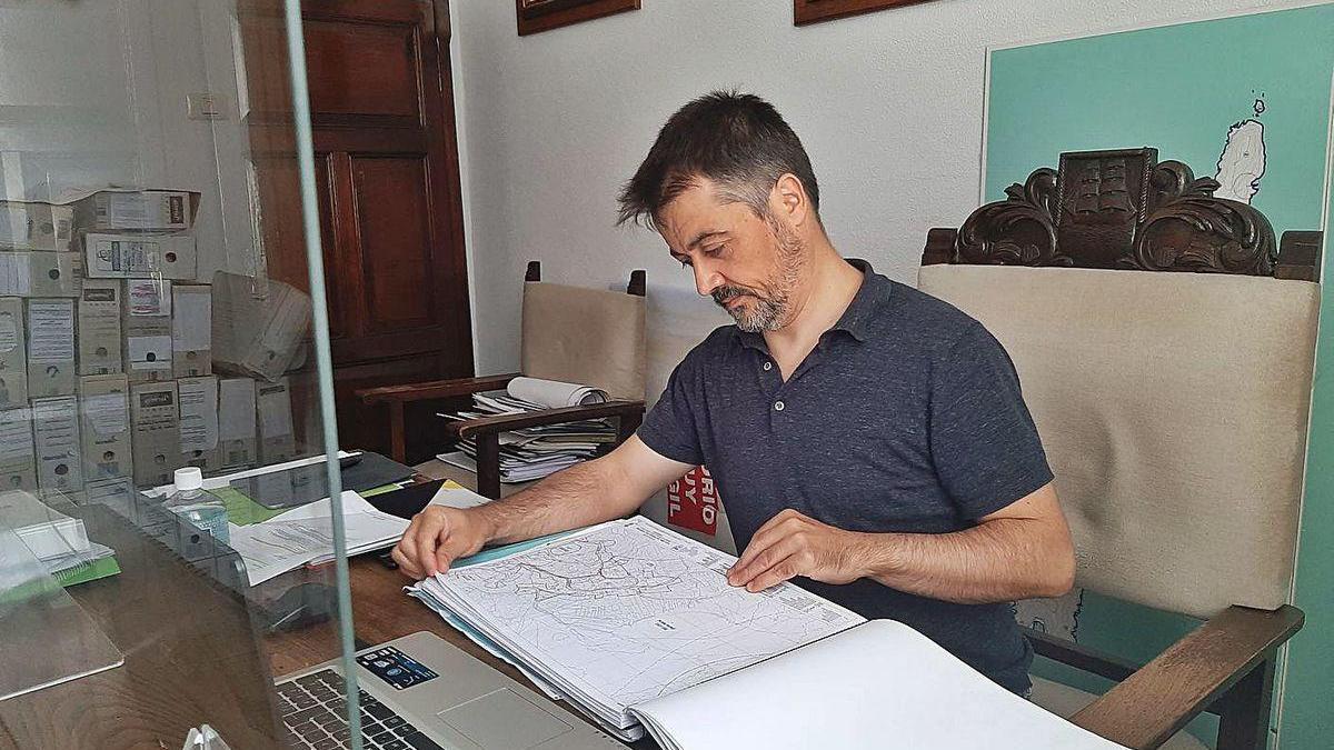 El concejal de Urbanismo de Bueu, Martín Villanueva, en su despacho.