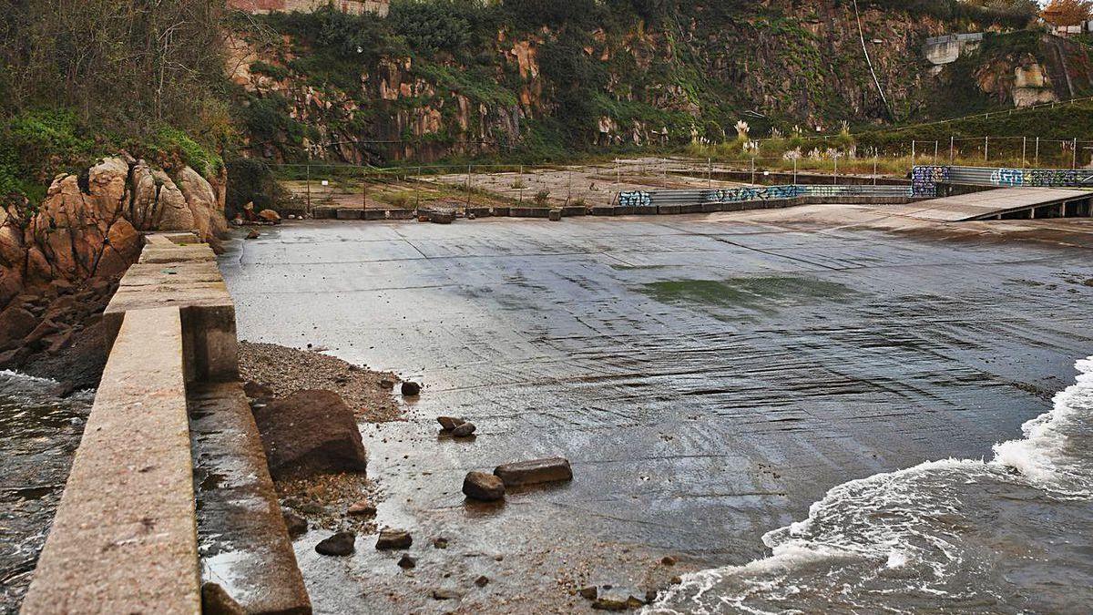 Solar de los antiguos Astilleros Valiña, situado en un extremo de la playa de Oza.