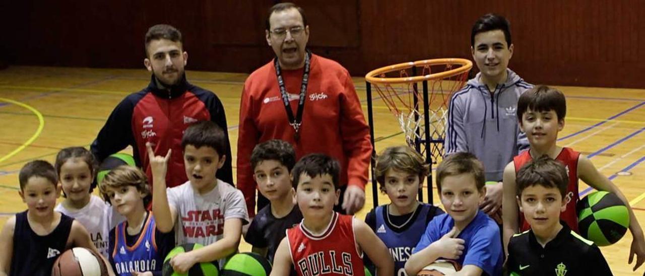 Varios de los participantes del Grupo en la Liga Baby Basket.