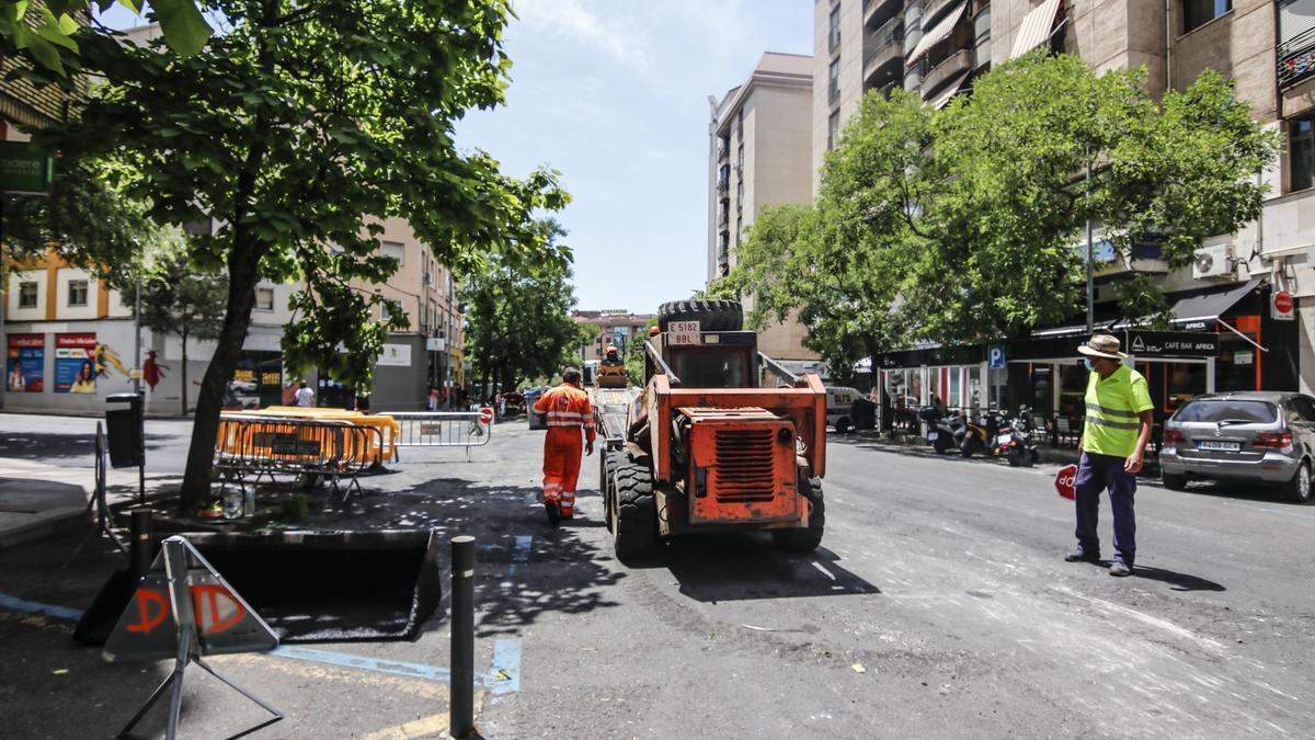 Operarios trabajan en la campaña de asfaltado en el lugar del atropello, este viernes.