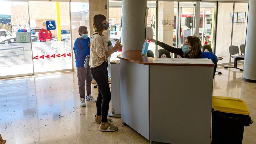 El Hospital de la Marina Baixa restringe las visitas para que no se desboquen los contagios
