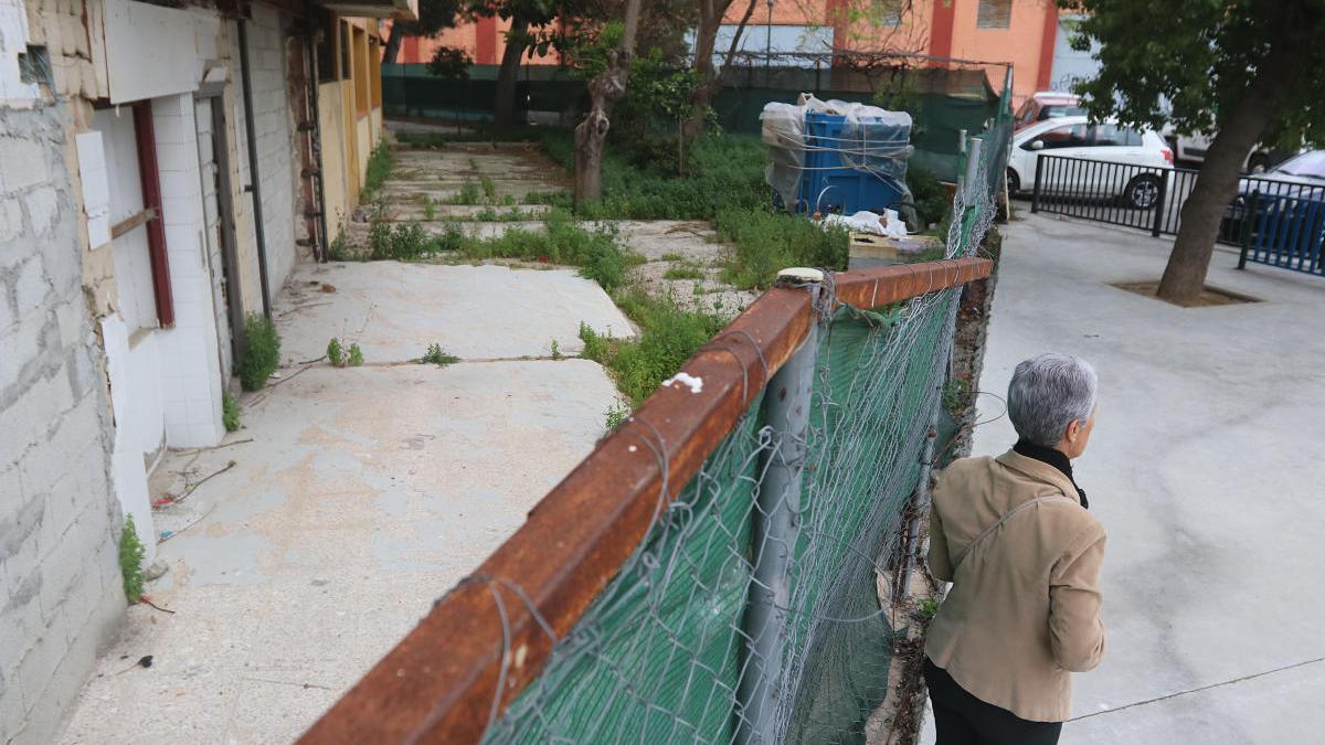 La parcela sin dueño de la calle Chico del Matadero en abril de 2018, en la que puede apreciarse la parte baja del bloque vecino con los restos del derribo municipal de la guardería de la Diputación.