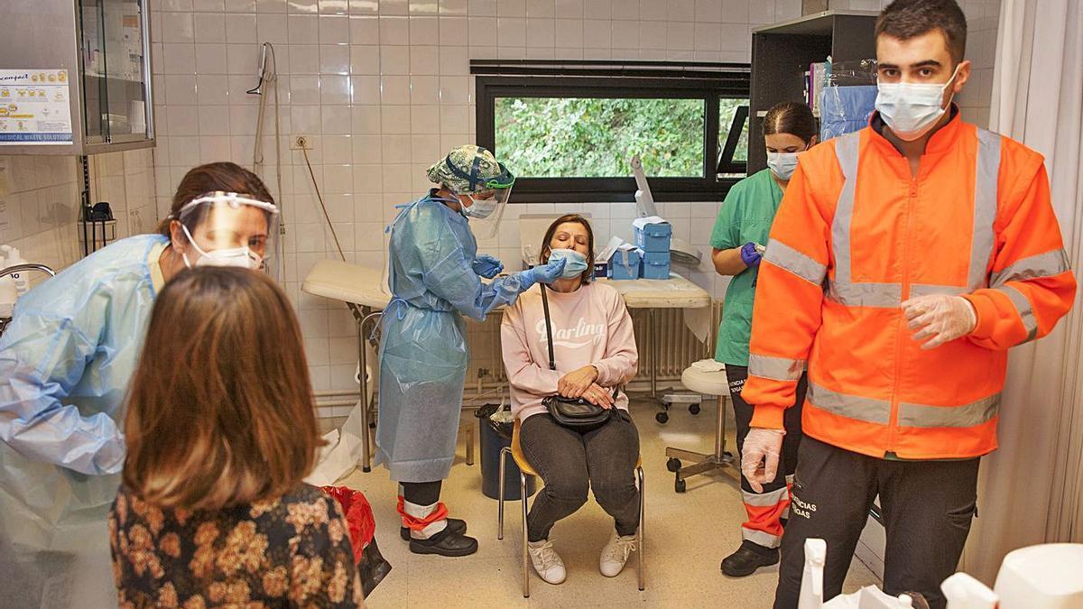 Realización de pruebas para detectar el virus en el centro de salud de Souto de Vea. |   // BERNABÉ/JAVIER LALÍN