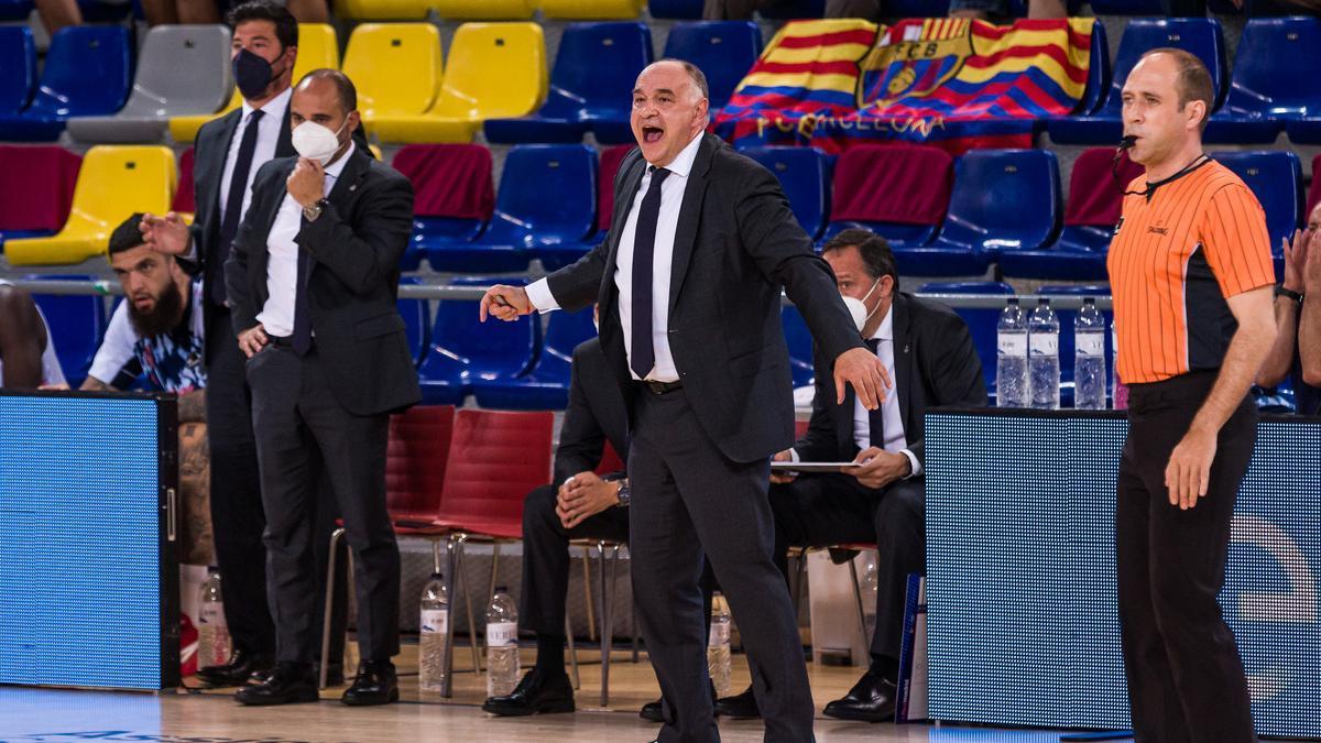 Pablo Laso da órdenes durante el Barça-Real Madrid del 'Playoff' por el título de la Liga Endesa 2020-2021.