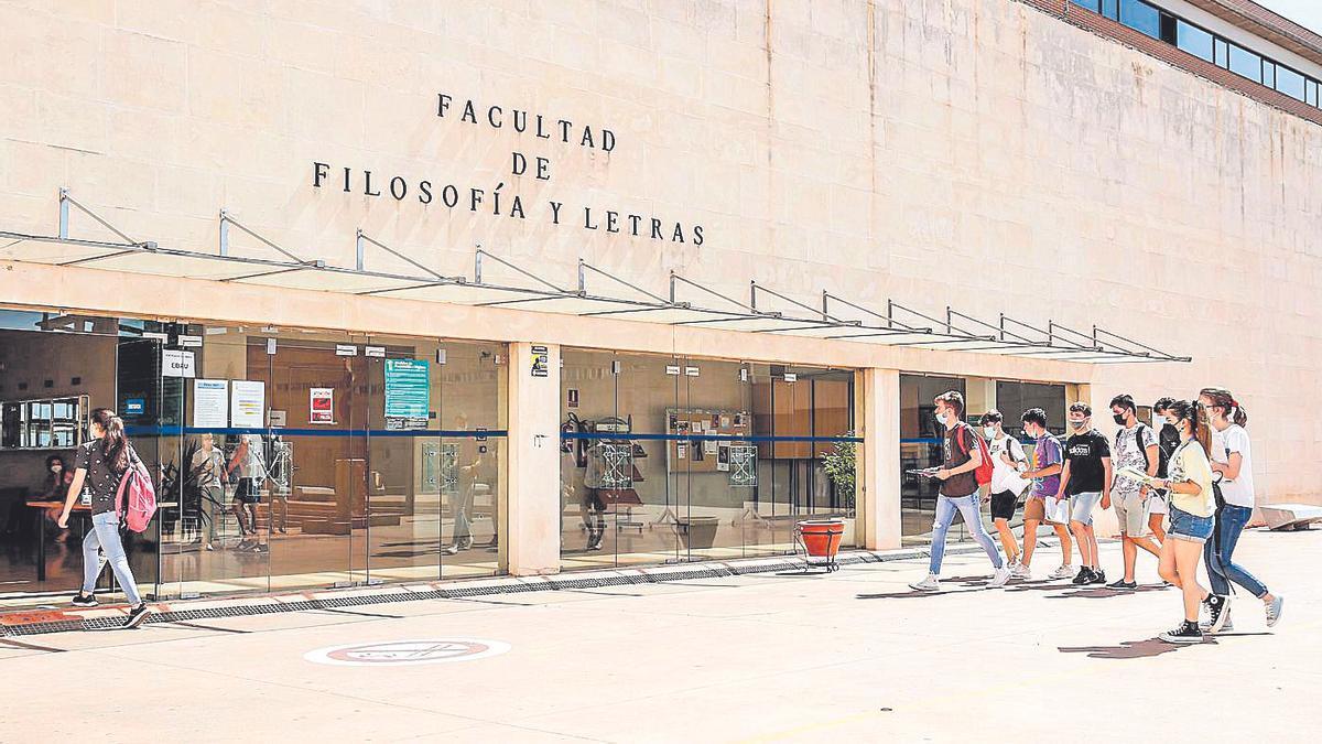 Alumnos en la entrada de la Facultad de Filosofía y Letras, en Cáceres.