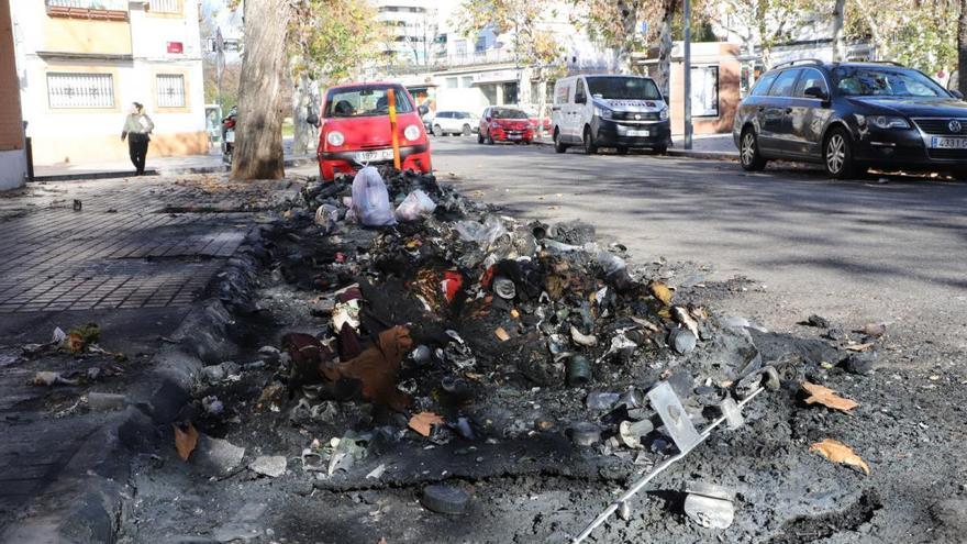 Dos coches aparcados sufren daños en el incendio de un contenedor en la calle Marbella