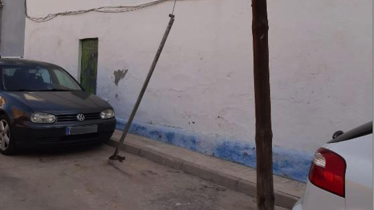 La foto la envió hace unos meses un amable lector y retrata el problema de muchos rincones de Málaga con instalaciones de otros tiempos. Se trata de la pequeña calle Virgen de la Servita en la barriada de Carranque.