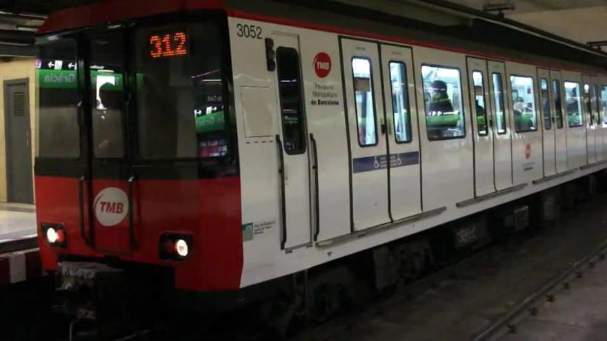 Apedreguen un tren del metro de Barcelona amb treballadors de TMB a dins