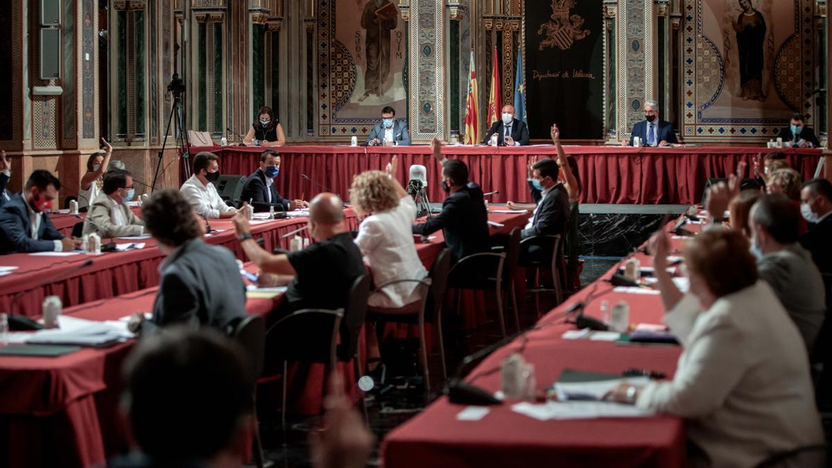 Imagen de un pleno de la Diputación de València en la Beneficiència.