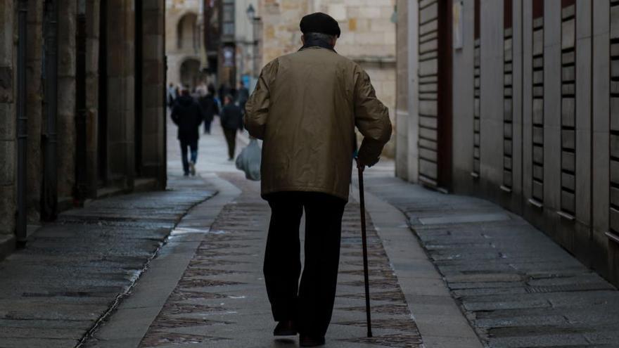 Una persona mayor, en la capital.