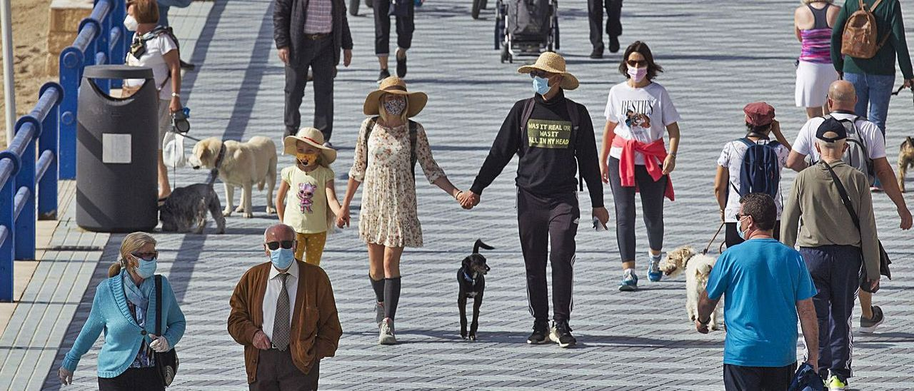 Alicantinos pasean por el entorno del Postiguet, durante la pasada Semana Santa.