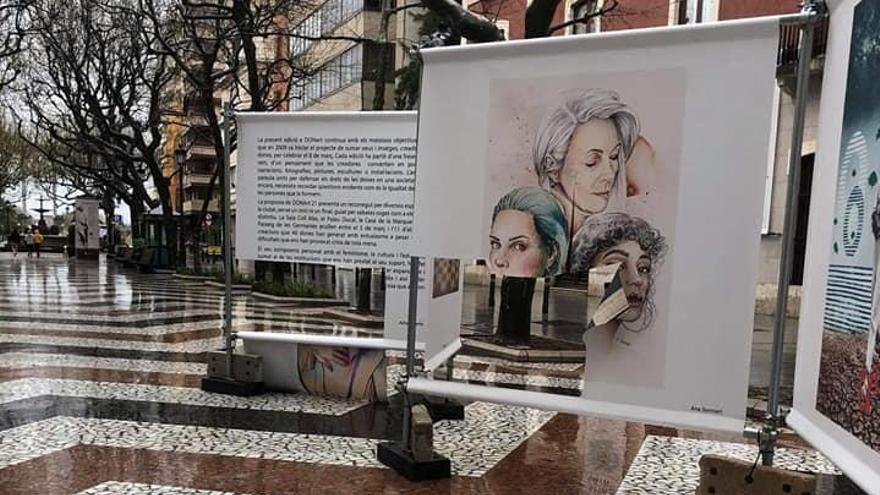 Rajan los carteles de la exposición por el Dia de la Dona en Gandia