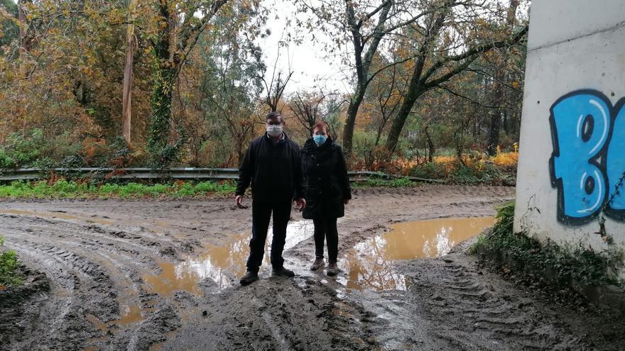 """La odisea de salir de casa por una vía llena de baches y cubierta de lodo: """"Nos dejan aislados"""""""