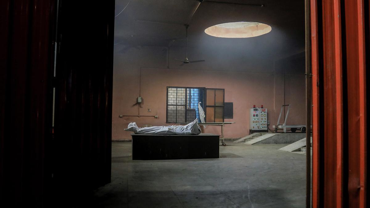 Un cadáver en un depósito en India