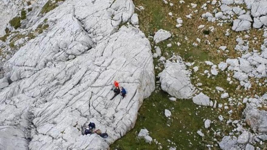 Evacuados cuatro montañeros en los Picos