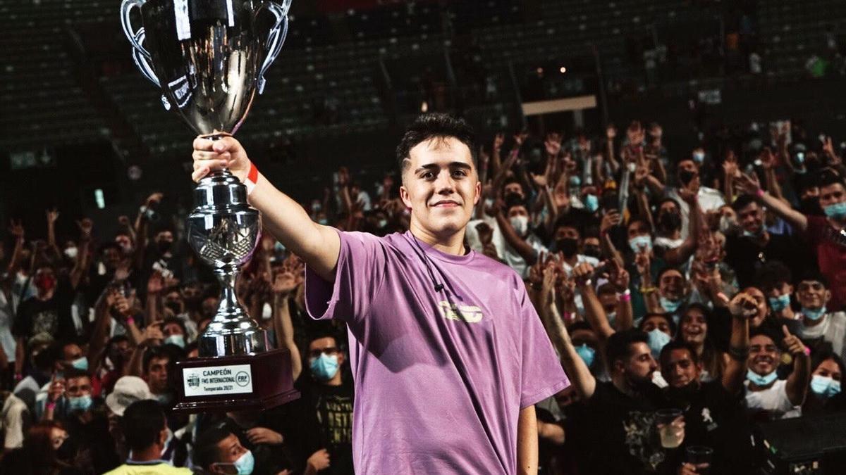 Gazir sostiene el trofeo de campeón