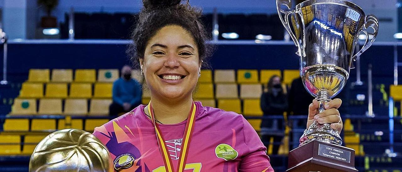 La capitana del CV CCO 7 Palmas, Naomi Santos, elegida MVP del torneo posa con el trofeo de campeonas